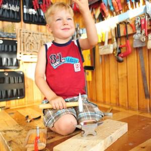Ребенок, молоток и наковальня, результатом доволен