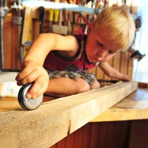 Мальчик измеряет расстояние